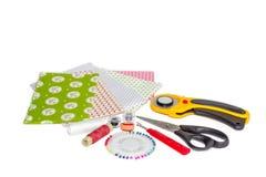 Sammansättning av instrument, objekt och tyger för patchwork och Royaltyfria Bilder