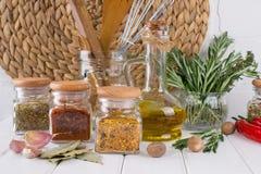 Sammansättning av kökhjälpmedel, kryddor och örter royaltyfri foto