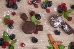 Sammansättning av kakor med nya bär Royaltyfri Fotografi