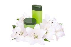 Sammansättning av kosmetiska produkter med liljor Arkivfoton