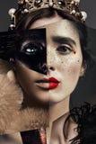 Sammansättning av kvinnastående i svart målarfärg och krona royaltyfria foton