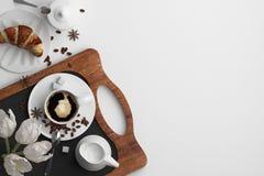 Sammansättning av morgonfrukosten med en kopp kaffe och en giffel på en vit bakgrund Baner med kopieringsutrymme för text En se stock illustrationer