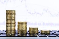 Sammansättning av mynt som visar finansiell tillväxt Arkivbild