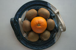 Sammansättning av nya frukter på ett dekorativt keramiskt uppläggningsfat royaltyfri foto