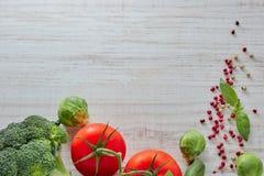 Sammansättning av nya grönsaker med en kopia av utrymmet Grön broccoli röd tomat och savojkål sunt tema som är användbart och arkivfoton