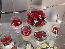 Sammansättning av olika glass exponeringsglas och vinexponeringsglas med rosor inom royaltyfria bilder