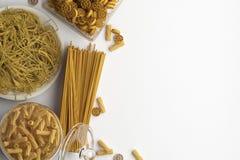 Sammansättning av olika typer av torr och kokt pasta och spagetti på en vit bakgrund Baner med kopieringsutrymme för text En upps stock illustrationer