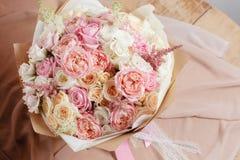 Sammansättning av olika variationsrosor Blomsterhandlaren gjorde rich samlar ihop ljus bakgrund för blommor, träyttersida grön va Royaltyfria Bilder