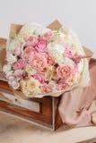 Sammansättning av olika variationsrosor Blomsterhandlaren gjorde rich samlar ihop ljus bakgrund för blommor, träyttersida Grön va Royaltyfri Foto
