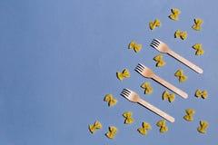 Sammansättning av pasta och gafflar arkivbild
