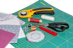 Sammansättning av patchworkinstrument, objekt och fabrcs Arkivfoton