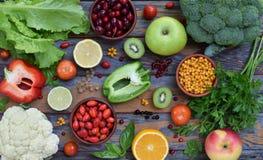 Sammansättning av produkter som innehåller askorbinsyra, vitamin C - citruns, blomkålen, broccoli, söt peppar, kiwin, hund steg,  arkivfoton
