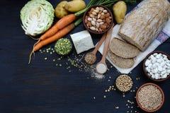 Sammansättning av produkter som innehåller thiamine, aneurin, vitamin B1 - helt kornbröd, sädesslag, grönsaker, skidfrukter, soja Arkivfoto