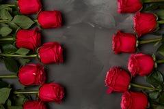 Sammansättning av röda rosor på mörk grå bakgrund Romantisk sjaskig chic dekor Top beskådar man för begreppskyssförälskelse till  Royaltyfri Bild