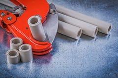 Sammansättning av rörmokarehjälpmedel på metallisk bakgrundsconstructio royaltyfri fotografi