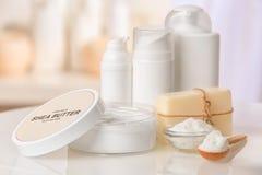 Sammansättning av Sheasmör med kosmetiska produkter Royaltyfri Foto