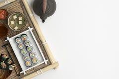 Sammansättning av sushi och rullar ställde in på en vit bakgrund Baner med kopieringsutrymme för text En uppsättning av tradition vektor illustrationer