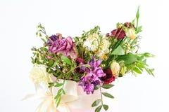 Sammansättning av torkade blommor i en rosa hatbox Bundet med bred wh royaltyfria foton