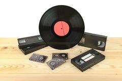 Sammansättning av vinyldisketten, audiocassettes och videokassetter på Arkivfoto