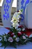 Sammansättning av vita och röda blommor på den öppna etappen för ett bröllop Fotografering för Bildbyråer