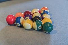 Sammansättning för Billiardbollar på den gröna pöltabellen Royaltyfri Bild