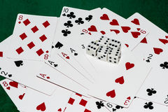 Sammansättning för bra lycka av att spela kort och fem tärnar Arkivfoto
