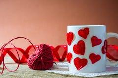 Sammansättning för dag för st-valentin` s med en hjort som göras av en röd ro Royaltyfri Bild