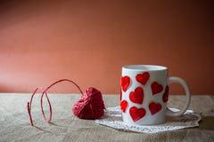 Sammansättning för dag för st-valentin` s med en hjort som göras av en röd ro Arkivbilder
