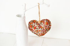 Sammansättning för dagen för valentin` s - tyghjärta, vit vas, en filial arkivfoton