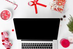 Sammansättning för jul för bärbar datordator granfilialer, kottar och julgarneringar på vit bakgrund Lekmanna- bästa sikt för läg Arkivbilder