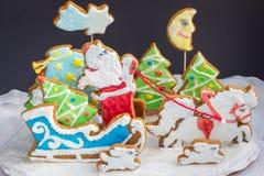 Sammansättning för jul 3D från bakade pepparkakakakor: släde santa, gåvor, julträd, häst Royaltyfria Foton