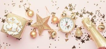 Sammansättning för jul eller för nytt år, ram, rosa bakgrund med G royaltyfri fotografi