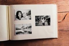 Sammansättning för moderdag Fotoalbum, svartvita bilder arkivbild