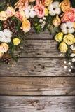 Sammansättning för nytt år av blommor, gåvor på en trätabell vita röda stjärnor för abstrakt för bakgrundsjul mörk för garnering  royaltyfri fotografi