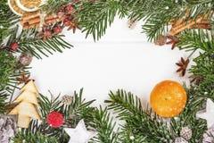 Sammansättning för nytt år för jul med kanelbruna pinnar på Arkivbild