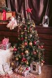 Sammansättning för ` s för nytt år i retro stil Träd för nytt år med ett rött Royaltyfri Foto