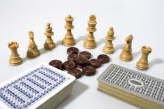 Sammansättning för schackstycken och kort arkivbilder