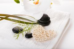 Sammansättning för terapi för Spa semesterort Brännande stearinljus, stenar, handduk, gör sammandrag ljus Royaltyfri Fotografi