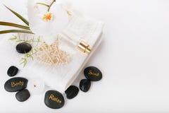 Sammansättning för terapi för Spa semesterort Brännande stearinljus, stenar, handduk, gör sammandrag ljus Royaltyfria Bilder