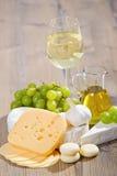Sammansättning för vit wine och ost Royaltyfria Bilder
