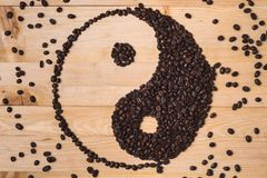 Sammansättning för Yin yang kaffebönor royaltyfria foton