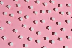 Sammansättning från klumpa sig socker på tabellen royaltyfri foto