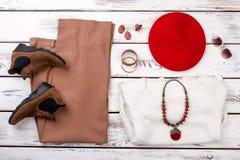 Sammansättning från kvinnligkläder och tillbehör arkivfoto