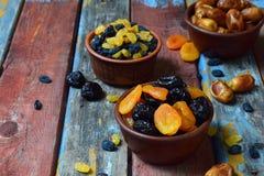 Sammansättning från olika variationer av torkade frukter på träbakgrund - data, aprikors, katrinplommoner, russin sund mat Royaltyfria Foton