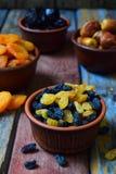 Sammansättning från olika variationer av torkade frukter på träbakgrund - data, aprikors, katrinplommoner, russin sund mat Arkivbilder