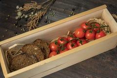 Sammansättning från tomaten Nya körsbärsröda tomater på en trätabell med kryddor Bästa sikt med kopian säsongträdgård plockning royaltyfria foton
