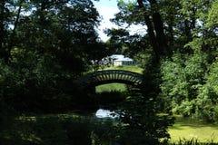 sammansättning Historisk byggnad i Monrepo parkerar och en bro Royaltyfri Fotografi