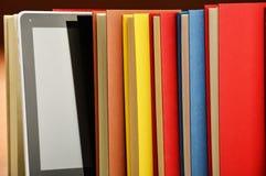 Sammansättning med böcker och minnestavladatoren på tabellen Royaltyfria Foton