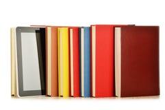 Sammansättning med böcker och minnestavladatoren på vit Royaltyfri Foto