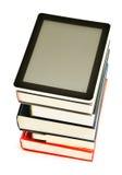 Sammansättning med böcker och minnestavladatoren på vit Arkivfoto